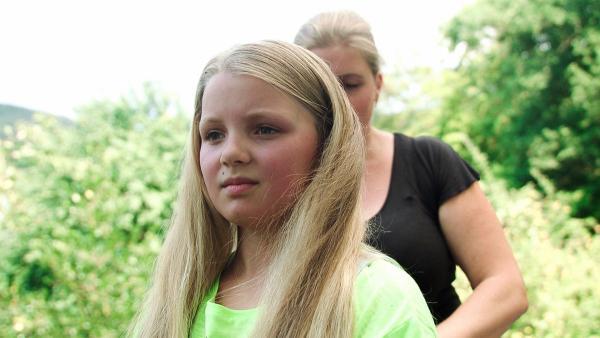 Janne hat sehr langes Haar. Da kann es im Sommer ganz schön warm werden! Gut, dass Jannes Mutter ihr beim Frisieren hilft. | Rechte: SWR/Meriem Rebai/Christoph Holthof