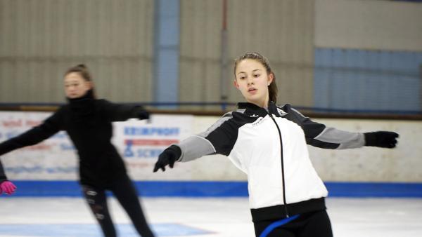 Dana ist 13 Jahre alt und trainiert auf dem Eis, denn sie ist Eiskunstläuferin. | Rechte: Radio Bremen/Bremedia Produktion GmbH