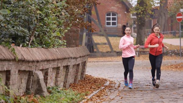 Kraft und Ausdauer sind beim Eiskunstlauf extrem wichtig. Deshalb joggt Dana häufig mit ihrer Freundin Lisa. | Rechte: Radio Bremen/Bremedia Produktion GmbH