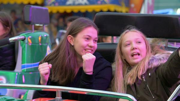 Immer wenn es geht, verbringt Dana Zeit mit ihren Freundinnen. So kann sie sich vom anstrengenden Training erholen. | Rechte: Radio Bremen/Bremedia Produktion GmbH