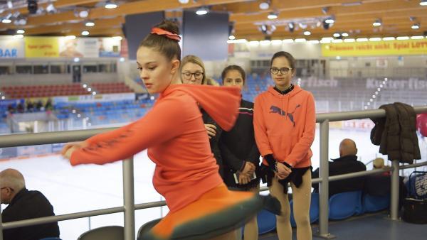 Eiskunstlauf ist ein Tanz auf Kufen - ein bisschen akrobatisch und auf jeden Fall sportlich. | Rechte: Radio Bremen/Bremedia Produktion GmbH