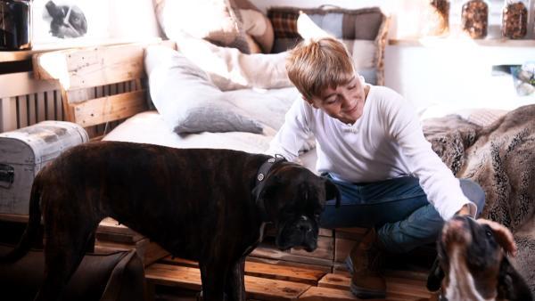 Luis streichelt zu Hause seine Boxerdamen Adele und Jule. | Rechte: MDR/Cine Impuls
