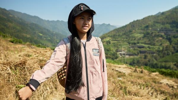 Panyuan im Reisfeld ihrer Eltern, das in den Bergen Südchinas liegt. | Rechte: SWR/Thomas Bresinsky