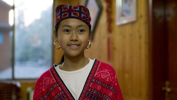 Panyuan in der handgewebten und bestickten Tracht der Yao. Das Kopftuch tragen die unverheirateten Mädchen, denen früher nicht erlaubt war, ihre langen Haare zu zeigen. | Rechte: SWR/Thomas Bresinsky