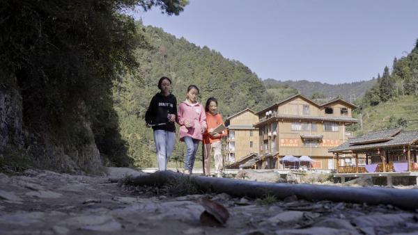 Panyuan mit ihren Freundinnen Yingi und Shutong, die auch ihre Cousinen sind. Sie sehen sich nur am Wochenende, weil Panyuan in der Woche auf ein Internat geht, das in der Provinzhauptstadt liegt. | Rechte: SWR/Thomas Bresinsky