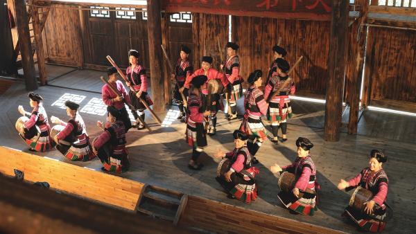 Die Yao-Frauen aus Südchina bei einer traditionellen Veranstaltung in der Festhalle. | Rechte: SWR/Thomas Bresinsky