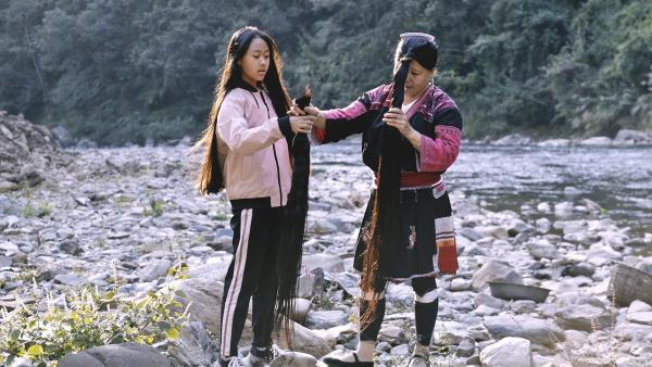 Panyuan hilft ihrer Tante, die traditionelle Frisur zu machen, die aus drei Haarsträngen besteht. | Rechte: SWR/Thomas Bresinsky