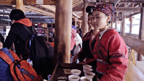 Panyuan serviert zusammen mit ihrer Tante Öltee. | Rechte: SWR/Thomas Bresinsky