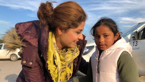Ruqaya mit ihrer Lehrerin Mehabad. | Rechte: hr/Timeline Film+TV Produktion/Guido Holz