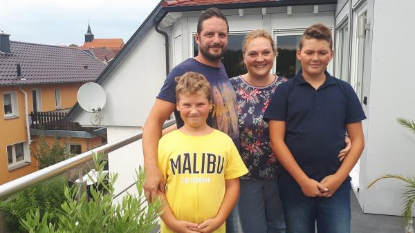Eine echte Rennfahrerfamilie aus Thüringen: Matteo (li.) und (Nevio (re.) mit ihren Eltern Jens und Katrin. | Rechte: rbb/Preuss Filmproduktion Berlin