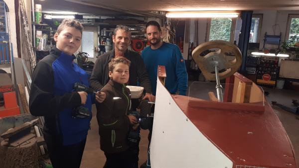 Nevio und Matteo bauen mit Opa Rudi und Vater Jens (v.l.n.r.) ihre Seifenkiste. | Rechte: rbb/Preuss Filmproduktion Berlin