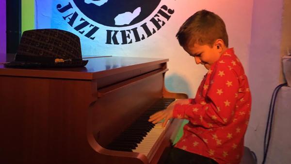 Mikas großer Abend: Bei der Blues Jam Session spielt als Gastmusiker mit der Hausband im Hanauer Jazzkeller. | Rechte: HR/Minou Mai