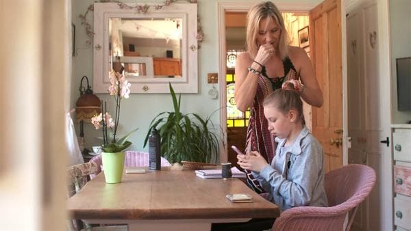 Coco und ihre Mutter morgens am Küchentisch  | Rechte: KiKA/Radio Bremen