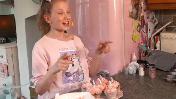 Coco mit ihren fertigen Einhorn-Muffins | Rechte: KiKA/Radio Bremen