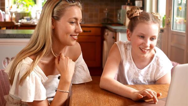 Coco und ihre Schwester beim Lesen der neuen YouTube Kommentare | Rechte: KiKA/Radio Bremen