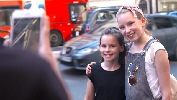 Coco trifft einen Fan auf der Straße. | Rechte: KiKA/Radio Bremen