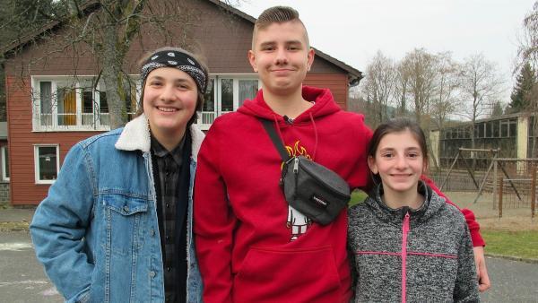 Nick (Mi.) mit seinem besten Freund Willy (li.) und seiner Schwester Julie (re.). | Rechte: rbb/Stefanie Köhne