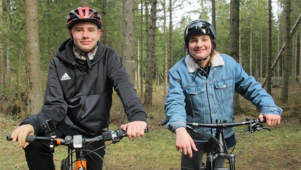 Nick und Willy machen gern Ausflüge mit ihren Mountainbikes. | Rechte: rbb/Stefanie Köhne