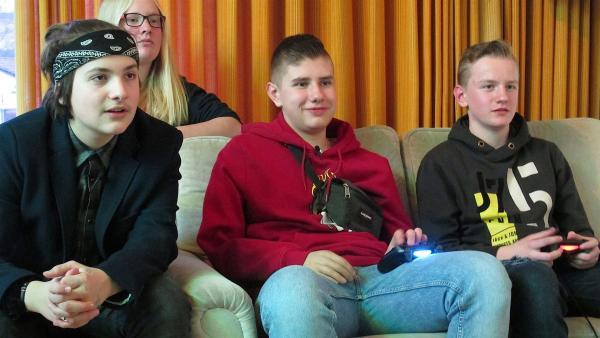 Im Jugendclub spielt Nick mit seinen Freunden gern Videospiele. | Rechte: rbb/Stefanie Köhne