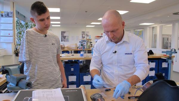 Nick muss regelmäßig zu einem Prothesenhersteller, damit seine elektrische Armprothese gut passt. | Rechte: rbb/Stefanie Köhne