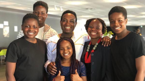 Christian, sein Bruder Wislove, Vater Manuel, Schwester Priscilla, Mutter Rosemary und Bruder Godly freuen sich auf das Gospelkonzert. (von links nach rechts)  | Rechte: KiKA/Gigaherz GmbH