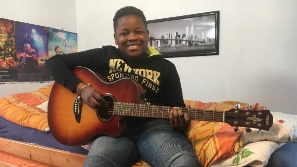 Christian liebt Musik und bringt sich selbst das Gitarrespielen bei. | Rechte: KiKA/Gigaherz GmbH