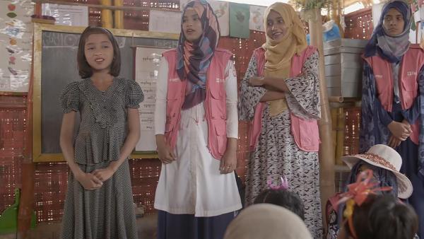 Bushra mit ihren Lehrerinnen | Rechte: KiKA/hr