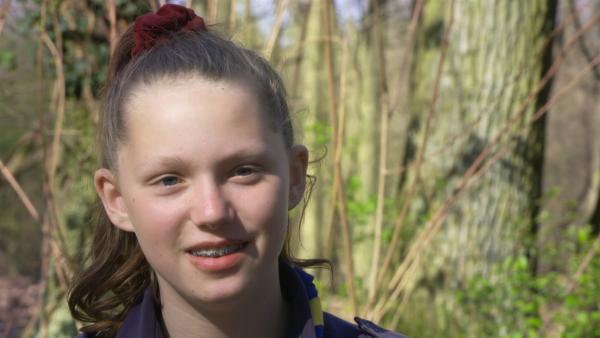 Melissa aus Berlin ist seit sechs Jahren begeisterte Pfadfinderin. Sie liebt es, zusammen mit anderen draußen in der Natur zu sein, Feuer zu machen, Essen zu kochen und Zelte aufzubauen. | Rechte: rbb/Cordula Garrido