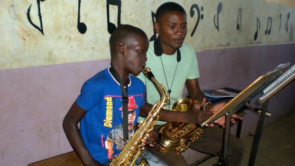 Saxophonist Fidel probt mit seinem Lehrer für die Aufnahme in ein größeres Orchester. | Rechte: KiKA/Carmen Butta
