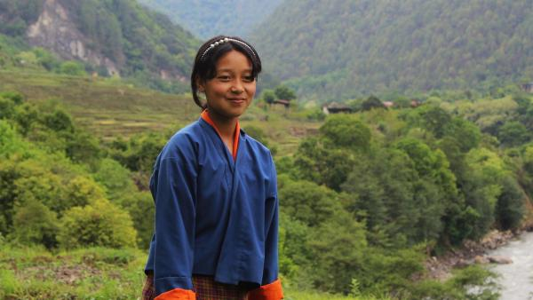 Tshering lebt in einem Tal des Himalaya-Gebirges. Ihre Schule ist weit von ihrem Heimatdorf entfernt. | Rechte: SWR/Thinley Namgay