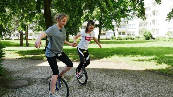 Sydney (li.) und Leonie (re.) lieben auch das Einradfahren. | Rechte: rbb/Klaus Tümmler