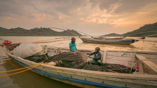 Jimmy und Sabato flicken ihre Fischernetze. | Rechte: rbb/Frank Feustle
