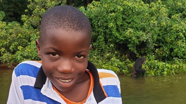 Felix verbringt seine Ferien auf der Insel Ngamba, einer Rettungsstation für Schimpansen und hilft seinem Vater, der hier als Tierpfleger arbeitet.   Rechte: SWR/Frank Feustle