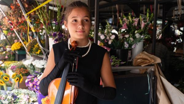 Kruna mit der Geige auf dem Bajloni-Markt | Rechte: SWR/Alpenway Media GmbH