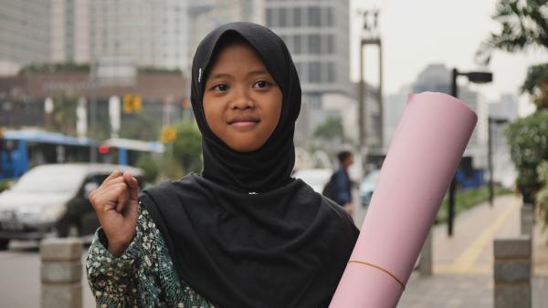 Die zwölfjährige Aeshnina kämpft auf Java, Indonesien, dagegen, dass ihr Land die Müllhalde vieler Industrienationen geworden ist. Nina wird klar, dass sie sich an wichtige Politiker wenden muss und schreibt einen Brief u.a. an die deutsche Bundeskanzlerin. | Rechte: SWR/Sonam Rinzin