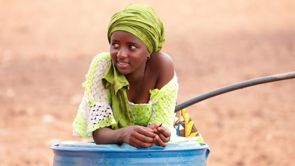 Die 14-jährige Fatou aus dem Senegal leidet unter der weltweiten Wasserknappheit. Mehr als 2 Milliarden Menschen haben keinen Zugang zu sauberem Wasser. | Rechte: SWR/Irja von Bernstorff
