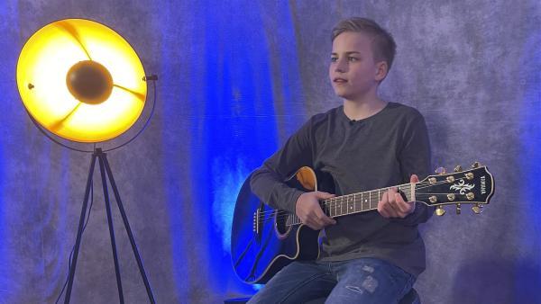 Phil kann nicht nur singen, er spielt Gitarre, Ukulele und Klavier.   Rechte: hr/Natascha Rhein