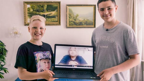 Sergej (l.) und Roman (r.) kennen ihren Freund Daniel (M.) bereits seit dem Kleinkindalter; eine echte Buddelkasten-Freundschaft! | Rechte: MDR/Sons of Motion Pictures GmbH