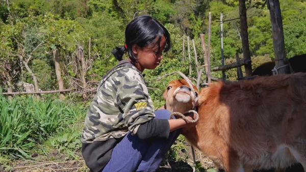 Tshering hilft ihrer Mutter.  | Rechte: KiKA