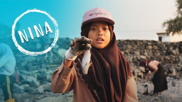 Nina hält einen toten Fisch in der Hand, den sie bei einer Müllsammelaktion mit ihrer Pfadfindergruppe gefunden hat.   Rechte: SWR