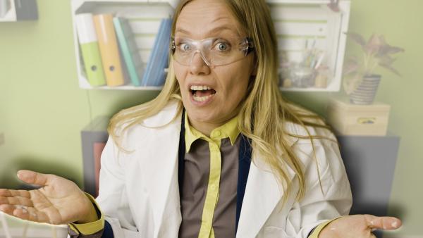 Ainikki Holopainen (Meri Koivisto) ist ganz begeistert vom Ausgang ihres Experiments. | Rechte: KiKA/Nils Dettmann Medienproduktion