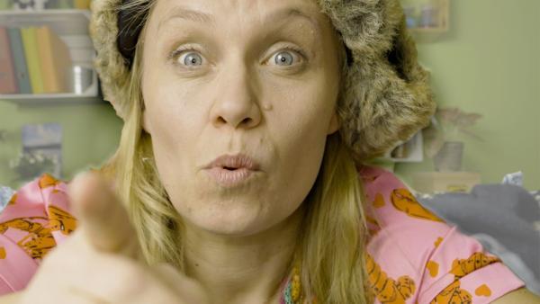 Beim Klamotten-Ausmisten bekommt Ainikki Holopainen (Meri Koivisto) die Idee für ein spannendes Experiment. | Rechte: KiKA/Nils Dettmann Medienproduktion