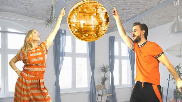 Sascha Hauser (Frederic Heidorn) und Ainikki Holopainen (Meri Koivisto) sind in Partystimmung. | Rechte: KiKA/Nils Dettmann Medienproduktion
