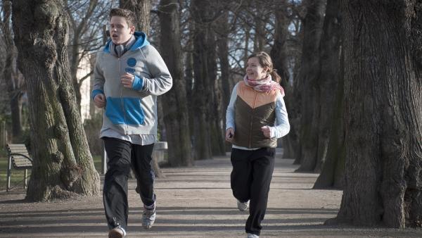 Bruno (Ferdinand Dölz, li.) und Ronja (Miriam Katzer, re.) treiben gemeinsam Sport. | Rechte: MDR/Anke Neugebauer