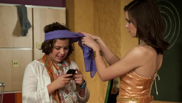 Während Mary (Sophie Imelmann, re.) Pippi (Marie Borchardt, li.) bei Anziehen ihres Kostüms hilft, erhält Pippi eine SMS von einem vermeintlichen Verehrer. | Rechte: MDR/Anke Neugebauer