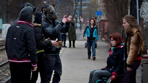 Jo und Clara werden von einer Gang bedroht. Tommy eilt zur Rettung. (Lucas Leppert, li. hinten; Lena Ladig, Mi.; Lena Schneidewind, re.) | Rechte: MDR/Anke Neugebauer