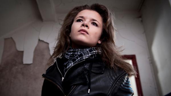 Ronja (Miriam Katzer) sucht im Geheimtreff der Gang entscheidene Hinweise auf deren kriminelle Handlungen. | Rechte: MDR/Anke Neugebauer