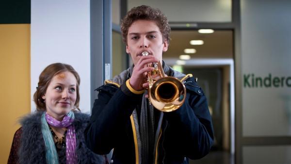 Tamas spielt Clara zum Geburtstag ein Ständchen und plötzlich steht sie neben ihm. (Lena Schneidewind, li; Edzard Ehrle, re) | Rechte: MDR/Anke Neugebauer