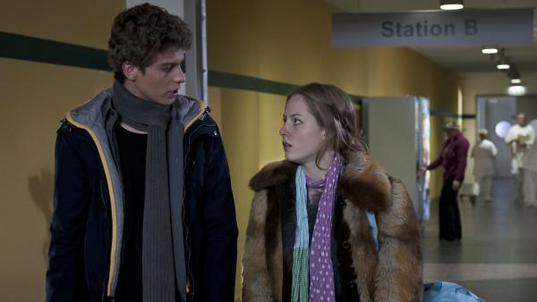 Tamas (Edzard Ehrle) fühlt sich von Clara (Lena Schneidewind) an der Nase herumgeführt und lässt sie im Krankenhausflur stehen. | Rechte: MDR/Anke Neugebauer