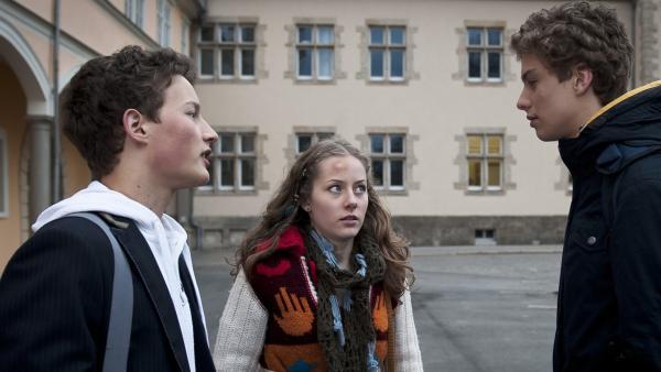 Sándor schürt Claras Sorge um Tamas. (v.l.n.r. Lennart König; Lena Schneidewind; Edzard Ehrle) | Rechte: MDR/Anke Neugebauer